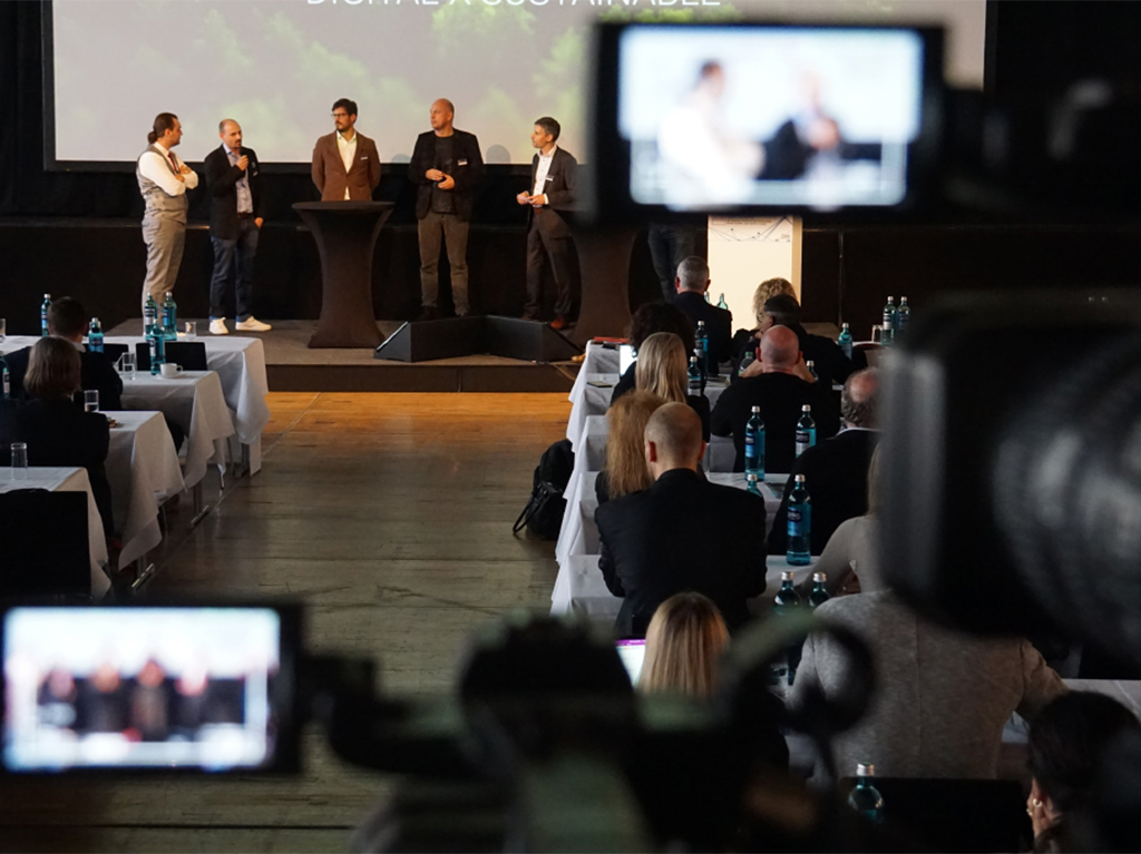 Moderator Stefan Dietz: beiim Re´´´ aD-Summit des Deutschen Mode-Instiuts in Düsseldorf leitet Stefan Dietz eine Gesprächsrunde zur digitalen Zukunft der Branche. Man sieht die Teilnehmer aus der Perspektive des Kameramanns, sieht Teile der 250 Teilnehmer, die Kamera Mikrofone und auf der Bühne die Gesprächsteilnehmer.
