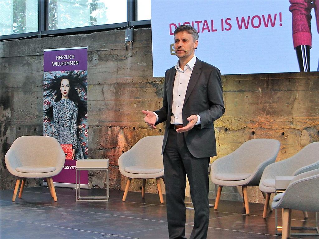 Moderator Stefan Dietz: beim Fashion Forum 2018 in München führt er souverän durchs Programm. Hier im Bild bei der Ankündigung des nächsten Speakers.