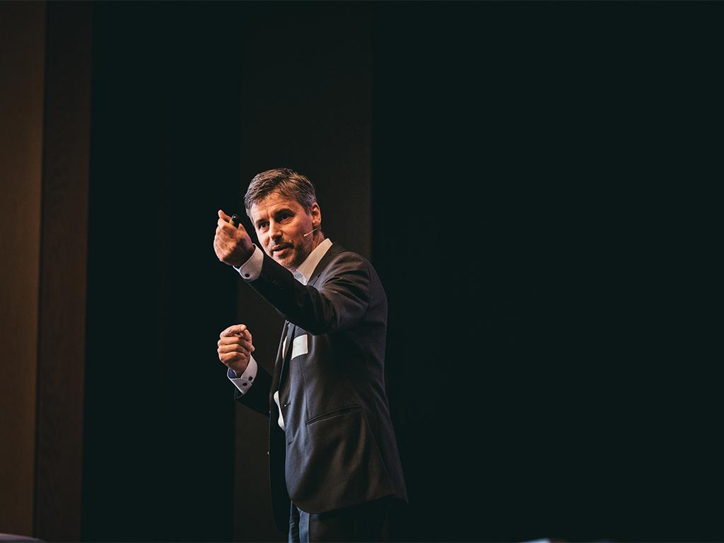 Stefan Dietz als Redner: fundiert, sympathisch-provozierend macht er Entwicklungen im Arbeitsmarkt anschaulich. Im Bild erklärt er anschaulich ein Bewerbungsgespräch im Jahre 2035. Jetzt stellt der Bewerber die Fragen.