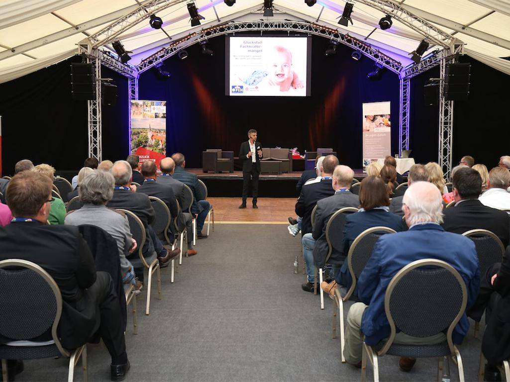 Stefan Dietz als Keynote-Speaker bei den Reinert-Open in Versmold 2019. Gebannt lauschen über 100 Unternehmer im Festzelt während Stefan Dietz auf der Bühne den Wandel der Arbeitswelt lebendig schildert.